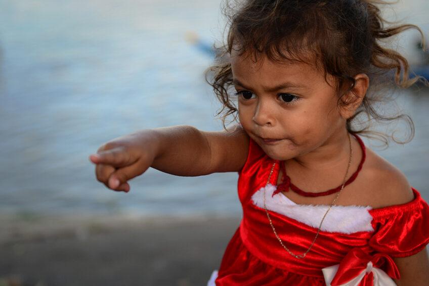 Kambodscha: Kleine Prinzessin im Weihnachtskleid