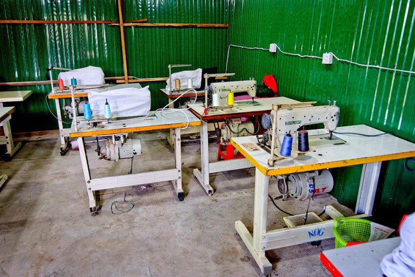 Kambodscha: 14 Nähmaschinen
